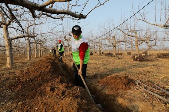 """""""绿动未来""""平台带领志愿者为阁楼小学修建引水渠"""