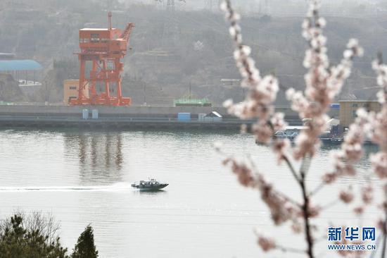 3月28日,快艇行驶在黄河刘家峡水库。新华社发(史有东 摄)