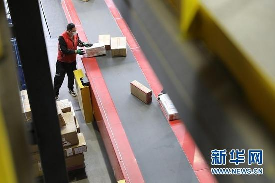 快递公司工作人员正在分拣货件。新华社记者 多蕾 摄