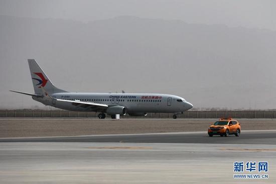 3月28日,东航武汉—银川—敦煌首航航班降落在甘肃敦煌莫高国际机场。新华社发(张晓亮 摄)