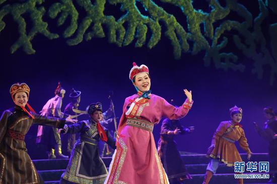 3月31日,兰州市儿童艺术剧团的演员在表演儿童剧《海力布》。新华社记者 张睿 摄