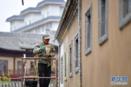 4月13日,一名工人在施工现场作业。新华社记者 陈斌 摄