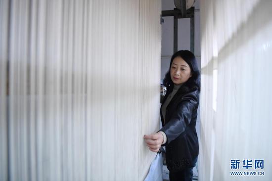 黄晶蓉在天水丝毯织造车间里整理织线(4月12日摄)。新华社记者 陈斌 摄