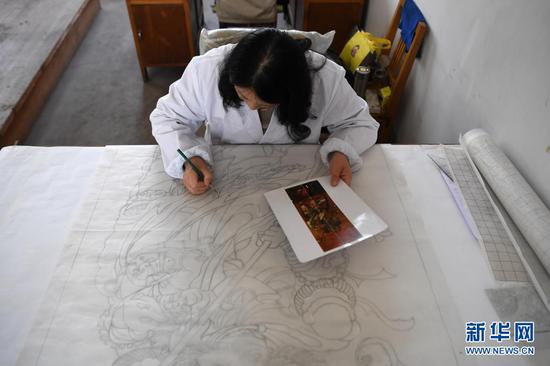 黄晶蓉在做天水丝毯的图案设计(4月12日摄)。新华社记者 杜哲宇 摄