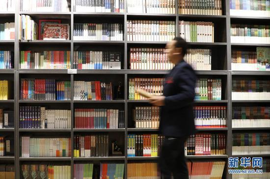 2020年11月27日,市民在兰州市金城公园读者小站取书。新华社记者 马希平 摄