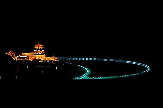 2021年4月27日拍摄的甘肃省敦煌市鸣沙山月牙泉景区夜景