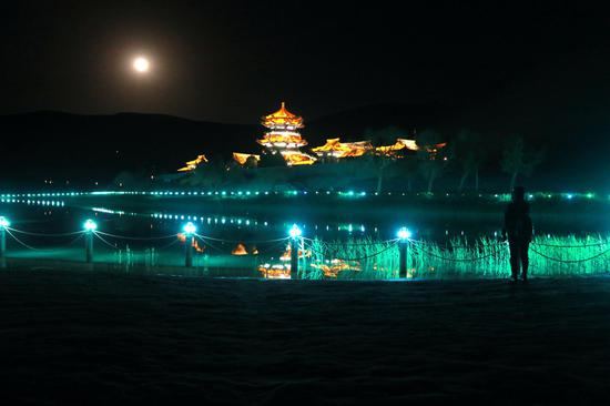 游人在月牙泉景区观赏超级月亮