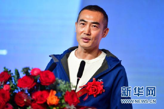 5月6日,饰演男主角的演员艾东在电影《高铁作证》开机仪式上发言。新华社记者 陈斌 摄