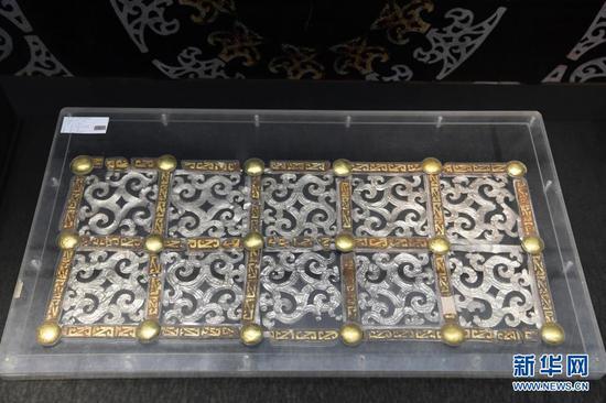 出土于马家塬西戎墓葬的车舆侧板装饰(5月18日摄)。新华社记者 范培珅 摄