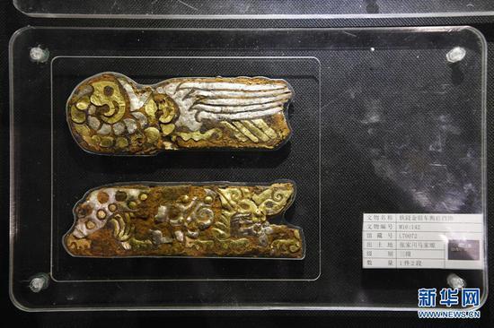 出土于马家塬西戎墓葬的铁錽金银车舆前挡饰(5月18日摄)。新华社记者 范培珅 摄