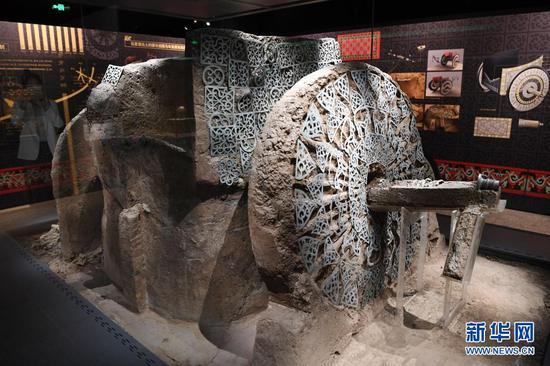 出土于马家塬西戎墓葬21号墓的战国马车左侧车轮及车舆装饰(5月18日摄)。