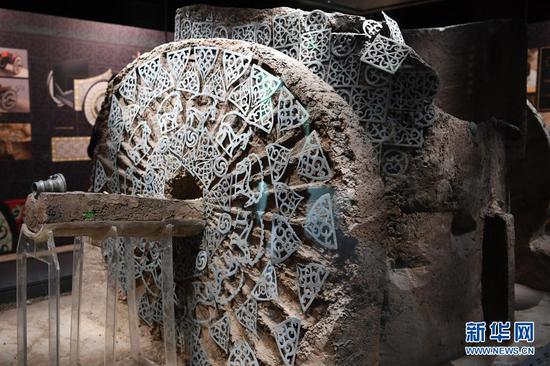 出土于马家塬西戎墓葬21号墓的战国马车右侧车轮及车舆装饰(5月18日摄)。新华社记者 范培珅 摄