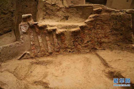 这是2013年拍摄的出土于马家塬西戎墓葬的一辆战国马车铁鋄金银后门饰、后挡饰。新华社发(甘肃省文物考古研究所供图)