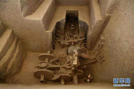 这是2008年拍摄的马家塬西戎墓葬一竖穴及洞室。新华社发(甘肃省文物考古研究所供图)