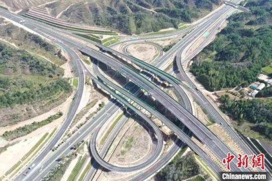 图为甘肃境内高速公路。(资料图) 孙茜 摄