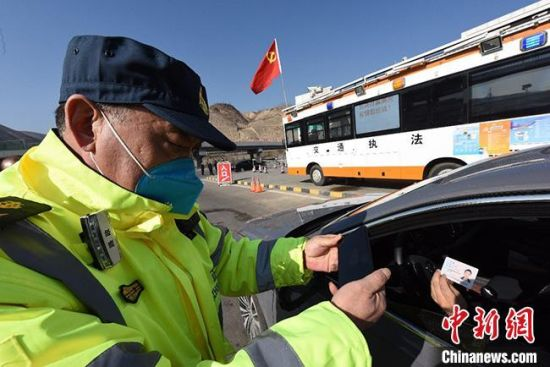2月3日,甘肃省交通运输厅组织开发的交通检疫站点人员车辆疫情防控快速检测系统正式投入使用。