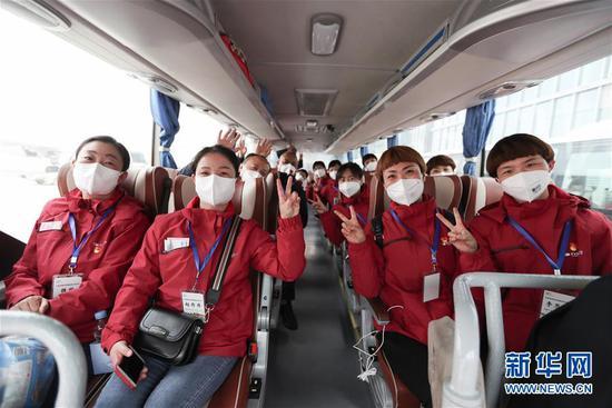 3月31日,援助武汉的医务人员在兰州中川国际机场乘车。