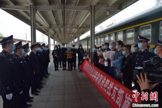 图为4月11日,甘肃省天水市甘谷县公安局将潜逃18年命案犯罪嫌疑人何某生押解回甘谷。