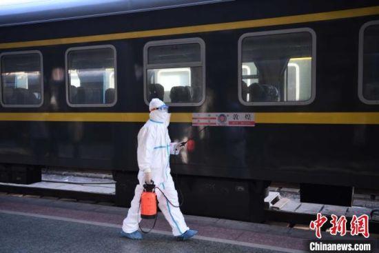 2月3日,中国铁路兰州局集团疾控所工作人员在兰州火车站对终到列车进行消毒。