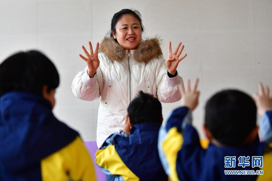 1月15日,岷县特殊教育学校校长尉婧在岷县妇女儿童康养中心给孩子们上课。新华社记者 陈斌 摄