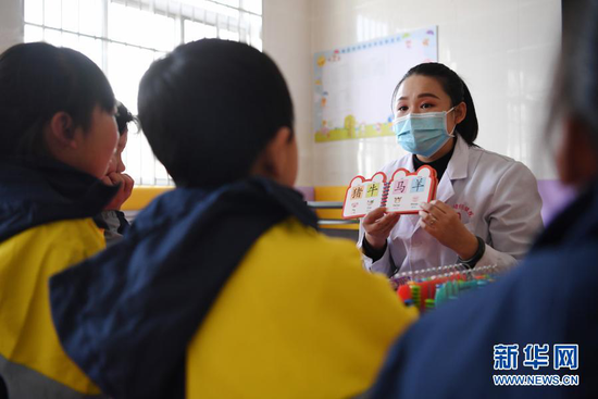 1月15日,岷县妇女儿童康养中心康复治疗师陈蓉蓉引导孩子们开展语言康复训练。新华社记者 陈斌 摄