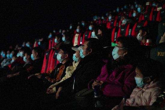 2021年2月17日,观众在北京前门的保利国际影城观看电影。新华社记者 陈钟昊 摄