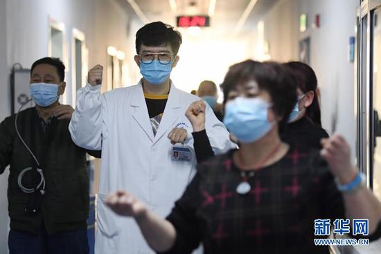 柳伟(中)和患者一起做操(1月11日摄)。新华社记者 陈斌 摄