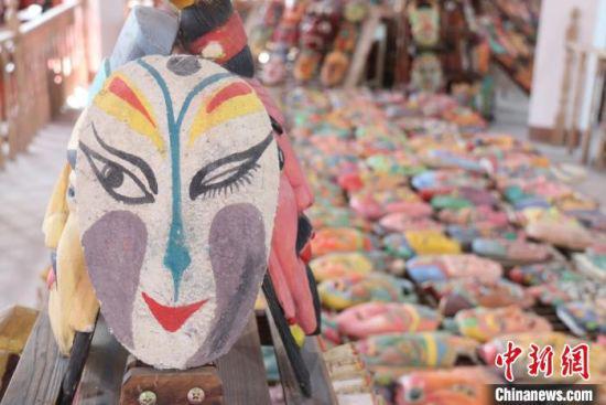 图为陈列于兰州市七里河区一民俗文化馆中的傩面具,色彩复古,造型别致。 闫姣 摄
