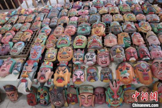 西北傩面具色彩丰富,红色、白色、灰色、蓝色、金色分别有其色彩寓意。图为表示造型各异的傩面具。 闫姣 摄