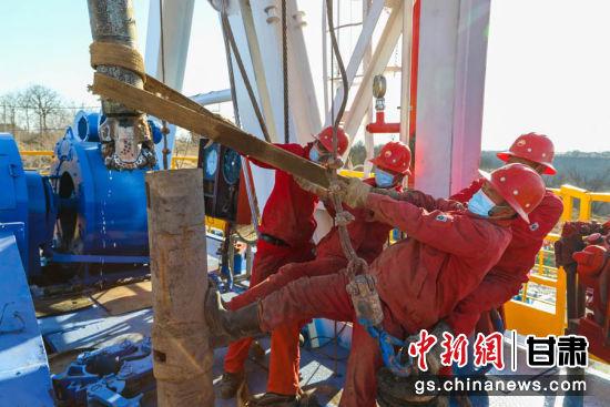 图为开钻现场采油二厂操作人员有序启动。 杨军平 摄