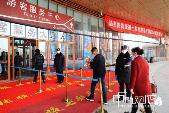 图为游客有序进入七彩丹霞旅游景区。
