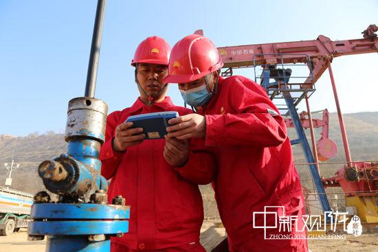 长庆采油二厂各级技术人员严格执行技术政策,为油田实现效益开发提供技术支撑。