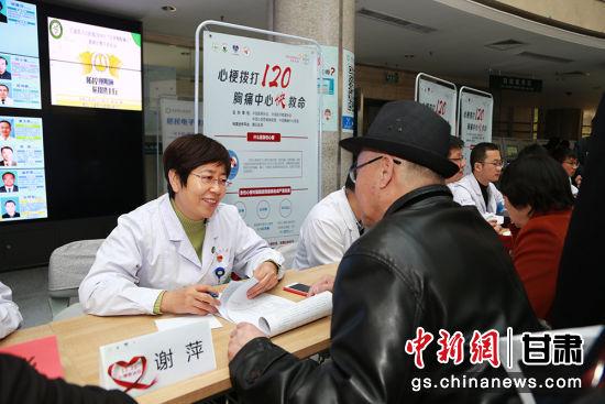谢萍正在医院为老年人进行义诊。(资料图)