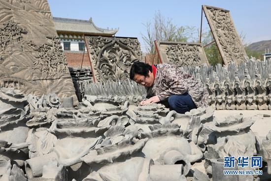 工作人员制作砖雕作品。
