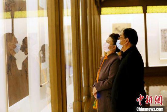"""2月13日,兰州市民参观甘肃省博物馆展出的书画作品。春节期间,参观博物馆已成为不少兰州市民休闲度假的方式之一,也为春节增添了浓浓的""""文化味""""。 高展 摄"""