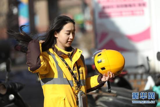 2月10日 ,美团专送骑手小月月送餐结束回到配送站点。新华社记者 杨青摄