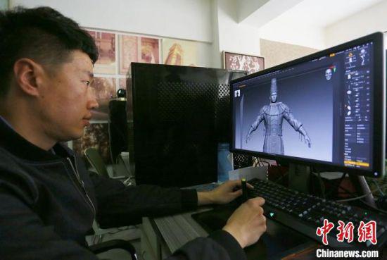 """兰州本土团队打造出被游戏玩家称为""""西部武侠""""的《紫塞秋风》,图为3月中旬,该游戏工作人员设计角色。 高展 摄"""