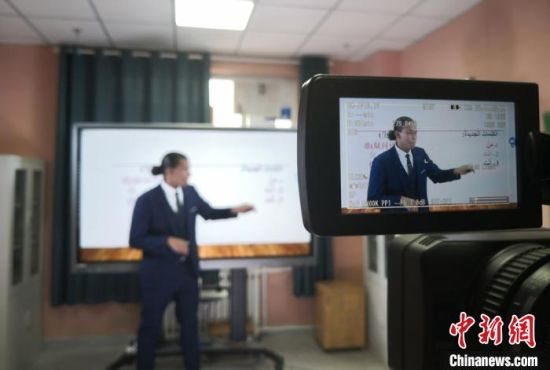 图为西北师范大学老师录播网课。