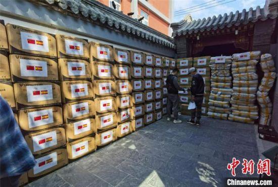 4月17日,西班牙甘肃商会向西班牙驻华大使馆捐赠20万件防疫物资。西班牙甘肃商会供图