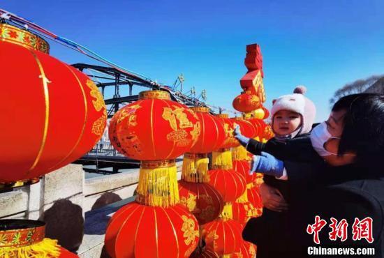 装扮一新的中山桥为即将到来的新春佳节增添节日气氛。(史静静 摄)