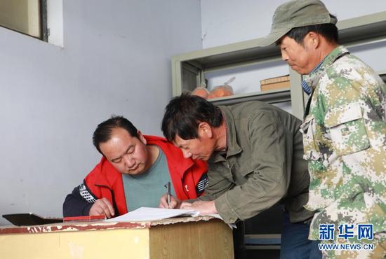 3月11日,在甘肃省张掖市临泽县倪家营镇下营村,村里的回收站点对村民捡拾交回的废旧地膜进行台账登记。新华社记者 张智敏 摄