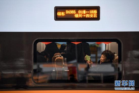 2020年12月26日,乘客在由银川开往西安北的D4385次列车上等候发车。当日,银(川)西(安)高铁正式开通运营。新华社记者 冯开华 摄