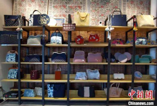 图为祁辉纯手工刺绣制作的时尚包展示。 张婧 摄