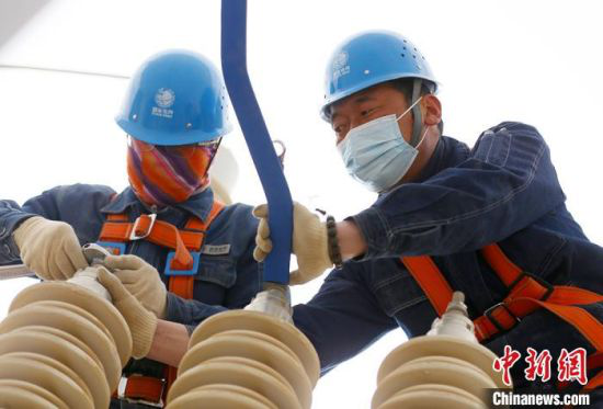 国网甘肃检修公司变电检修中心电气试验二班何斌(右)带着徒弟蔡福天(左)在检修电力设备。 高展 摄