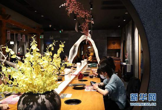 3月18日,消费者在兰州市七里河区兰州中心商场的一家餐厅内就餐。