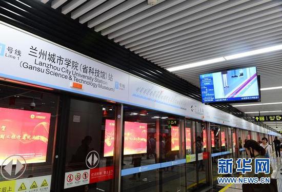 地铁站内,用户在使用手机上网。(照片由甘肃移动提供)