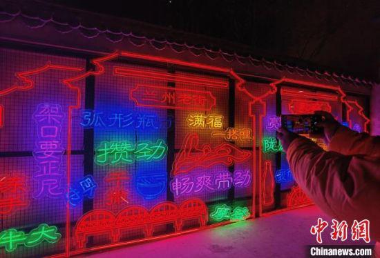 """图为老街展出""""方言文化墙""""。 刘玉桃 摄"""