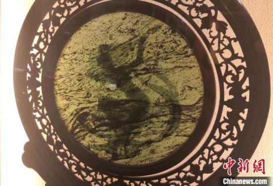 图为酒泉夜光杯厂制作的敦煌飞天宫扇。