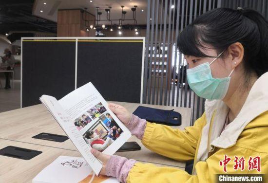 图为社区工作人员阅览书籍。