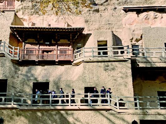 2020年11月9日,游客在莫高窟参观。新华社记者张玉洁摄